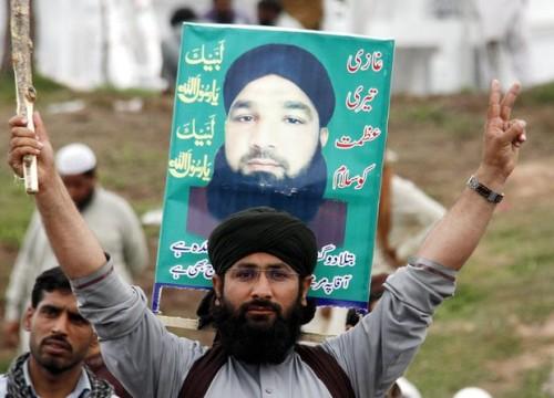 "A Pakistani Muslim salutes Ghazi (""Hero"") Mumtaz Qadri"