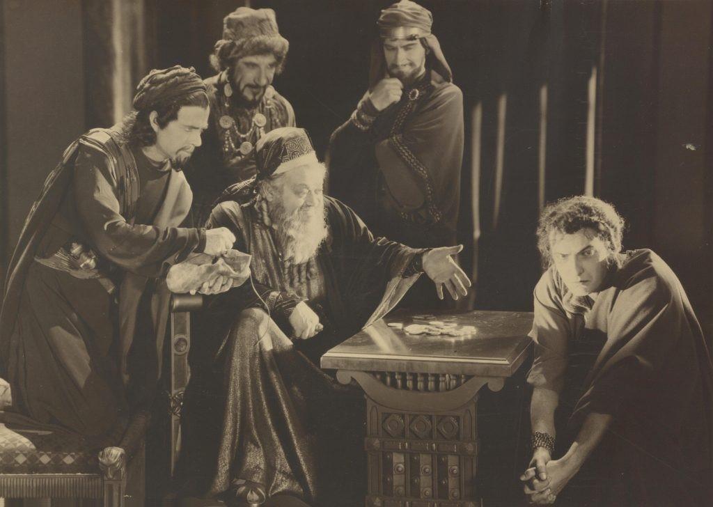 Caiaphas (Rudolf Schildkraut) pays Judas (Joseph Schildkraut)